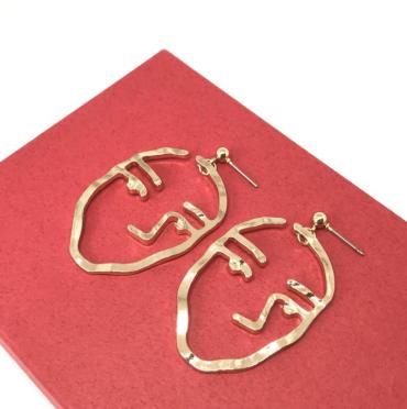 https://www.kurumidori.com/collections/earrings/products/poker-face-earrings
